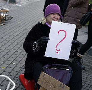 Участники пикета против торговли здоровьем у Сейма Латвии