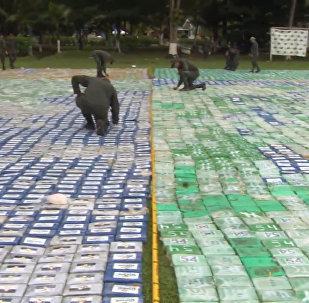 Kolumbijas policisti izklājuši 12 tonnas kokaīna plaša laukumā