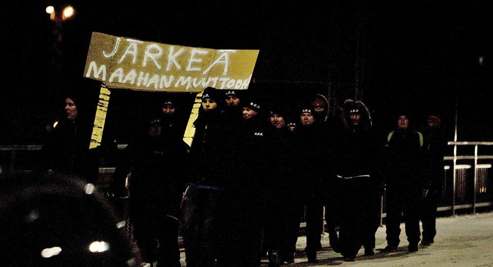 Группа, которая называет себя Воины Одина с плакатом Здравый смысл иммиграции