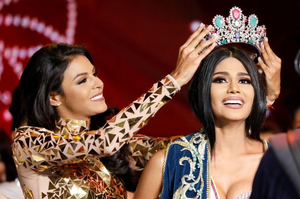 Mis Venecuēla 2016 Keisija Sajāgo uzliek kroni 2017. gada uzvarētājai Stefānijai Gutjerresai
