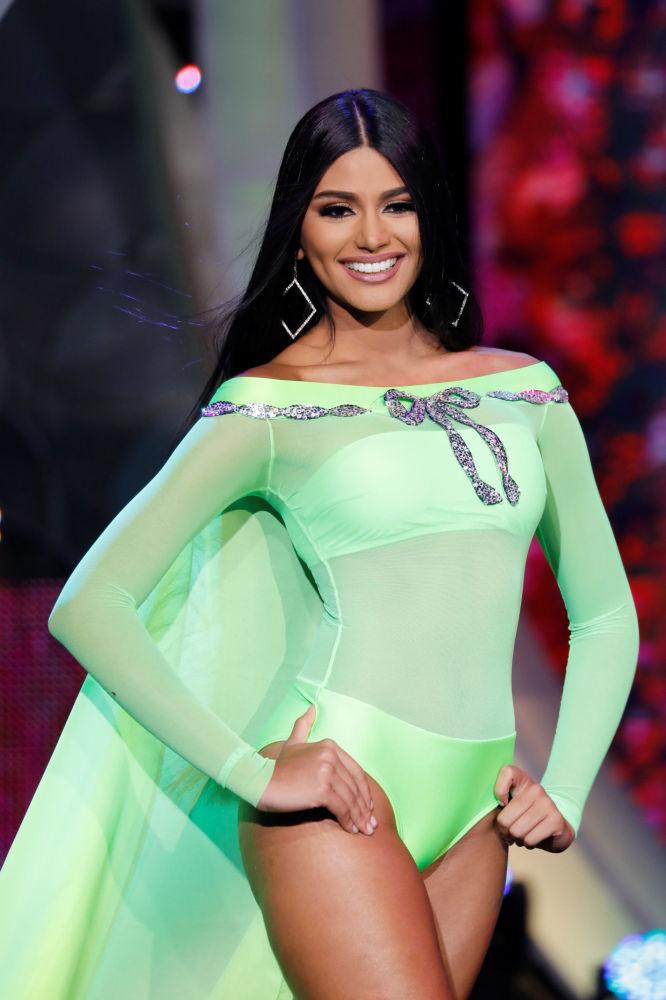 Stefānija Gutjerresa, Mis Delta Amakuro, uzstājas peldkostīmā skaistuma konkursā Mis Venecuēla Karakasā