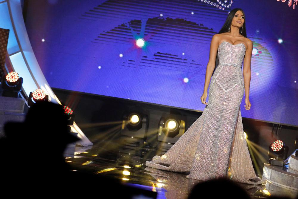 Mis Delta Amakuro Stefānija Gutjerresa uzstājas vakarkleitā skaistuma konkursā Mis Venecuēla Karakasā