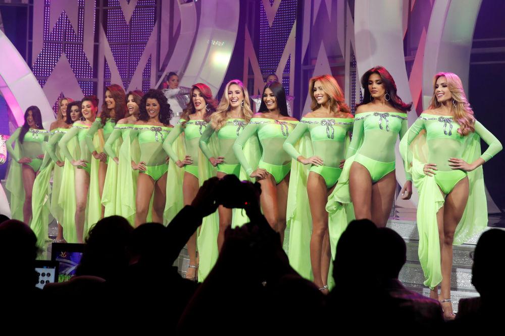 Priekšnesums peldkostīmos Skaistuma konkursā Mis Venecuēla Karakasā