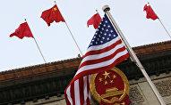 Ķīnas un ASV karogi
