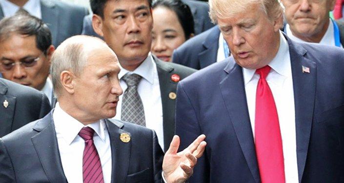 Президент РФ Владимир Путин и президент США Дональд Трамп в саммите АТЭС