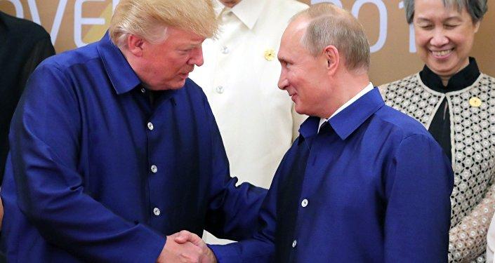 Krievijas un ASV prezidenti Vladimirs Putins un Donalds Tramps samitā Vjetnamā.