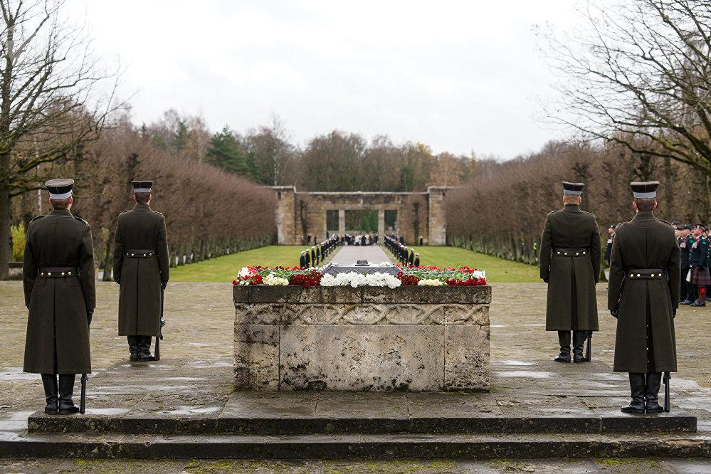 Почетный караул у вечного огня на Братском кладбище