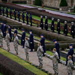Солдаты построились у могил на Братском кладбище