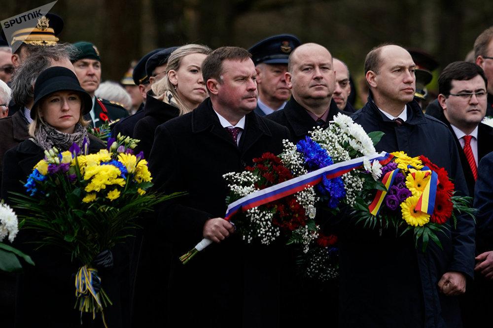 В торжественной церемонии в день Лачплесиса на Братском кладбище принял участие посол Словакии Петер Хатьяр