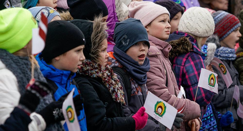 Дети на параде в день Лачплесиса