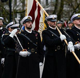 Латвийские моряки на параде в день Лачплесиса у Памятника Свободы