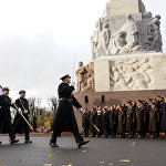 Парад в день Лачплесиса у Памятника Свободы