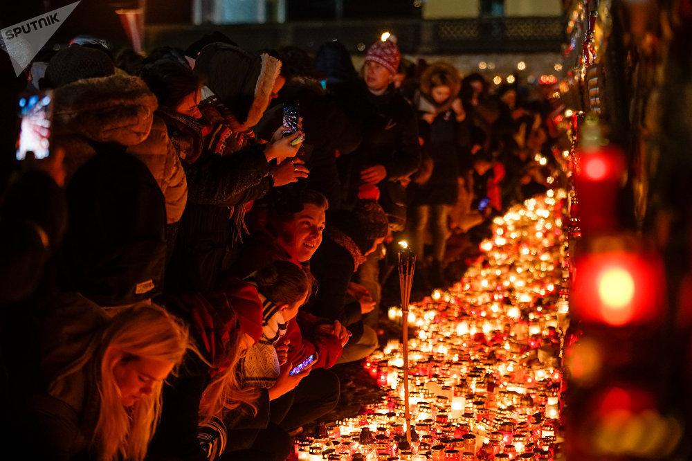 Латвийцы зажгли свечи в память о погибших солдатах у стен Рижского замка