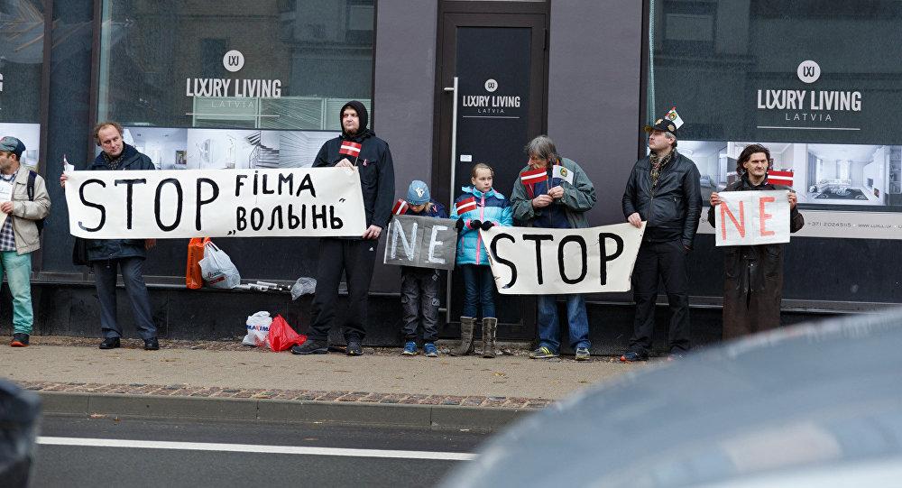 Пикет против показа польской военной драмы Волынь в Риге
