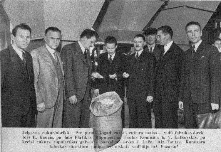 Первый сахар 1940 года на Елгавской фабрике. Третий слева — Янис Лаже, организатор сахарной промышленности Латвии