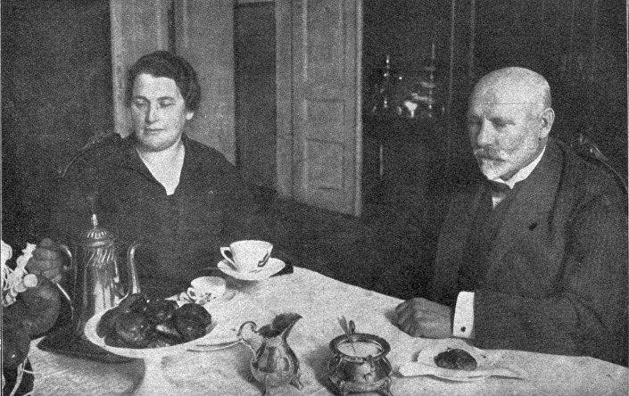 Первый президент Латвии Янис Чаксте пьет кофе с латвийским сахаром, 1926 год