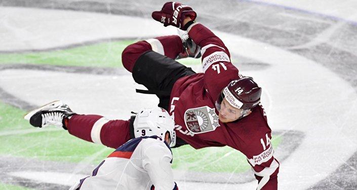 Хоккеисты Рихардс Букартс (Латвия) и Эндрю Копп (США)