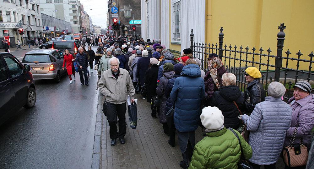 Rīgā simtiem cilvēku nākuši atvadīties no Zadornova