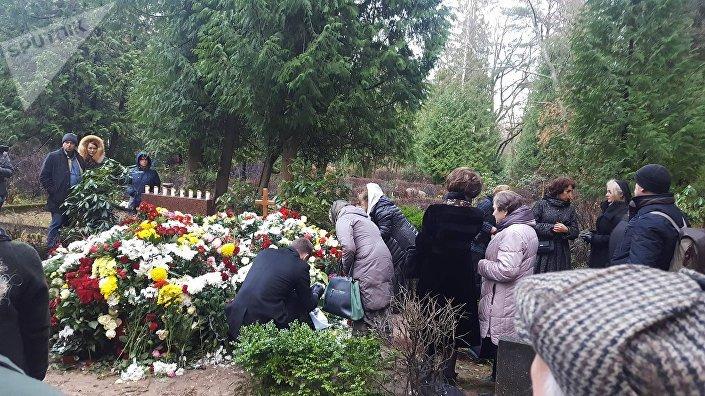 Могила Михаила Задорнова на кладбище в Яундубулты