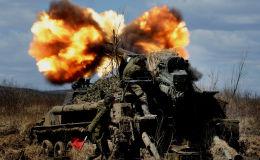 Pašgājēju artilērijas iekārtu 2S5 Giacint šaušana Austrumu kara apgabala 5. armijas taktiskajās mācībās Sergejevskas poligonā Primorskas novadā