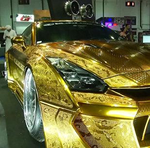 Autosalonā Dubaijā demonstrēts apzeltīts Nissan GT-R