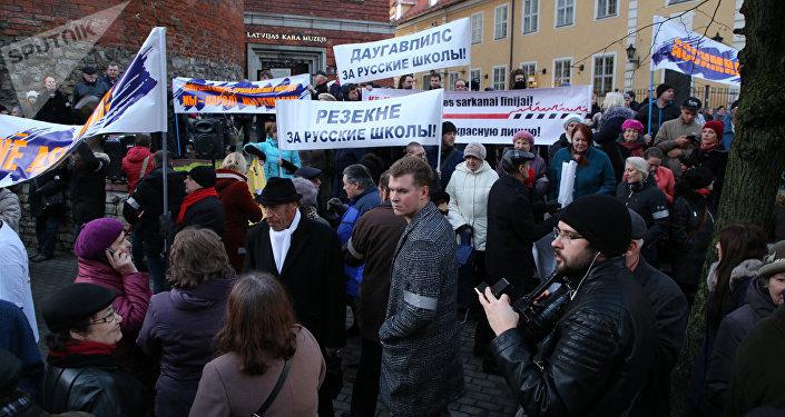 Шествие в знак протеста против перевода школ национальных меньшинств на латышский язык