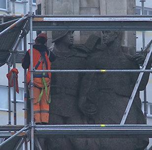 Ščecinas pilsētā Polijā tiek demontēts Sarkanajai Armijai veltītais piemineklis
