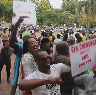 Толпы людей праздновали на улицах Хараре отставку президента Зимбабве