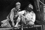 Актеры Николай Годовиков в роли Петрухи (слева) и Анатолий Кузнецов в роли Сухова в кинофильме Белое солнце пустыни