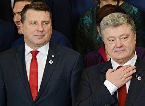 Президент Латвии Раймондс Вейонис (слева) и президент Украины Петр Порошенко