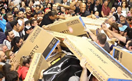 Черная пятница: в Сан-Паулу покупатели устроили давку из-за телевизоров
