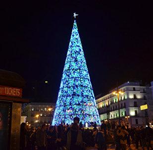 Galvenā Ziemassvētku eglīte laukumā Puerta del Sol Madridē