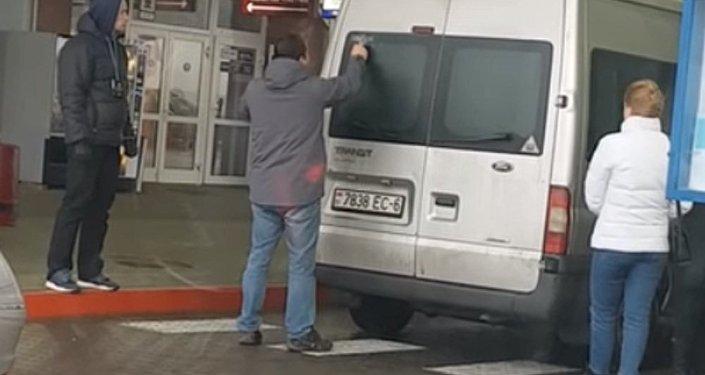 Белоруса заставили снять с машины наклейку в честь Победы