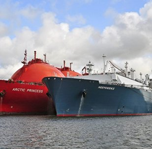 Газовоз Independence и танкер LNG