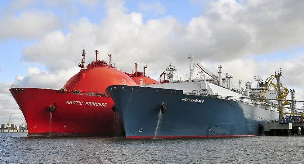 Kuģis-gāzes glabātava Independece un tankeris LNG