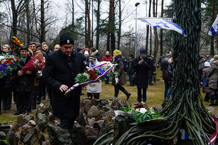 Цветы к мемориалу от представителя посольства Словакии