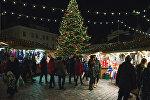На Ратушной площади в Таллине зажгли огни на елке и открылся рождественский рынок