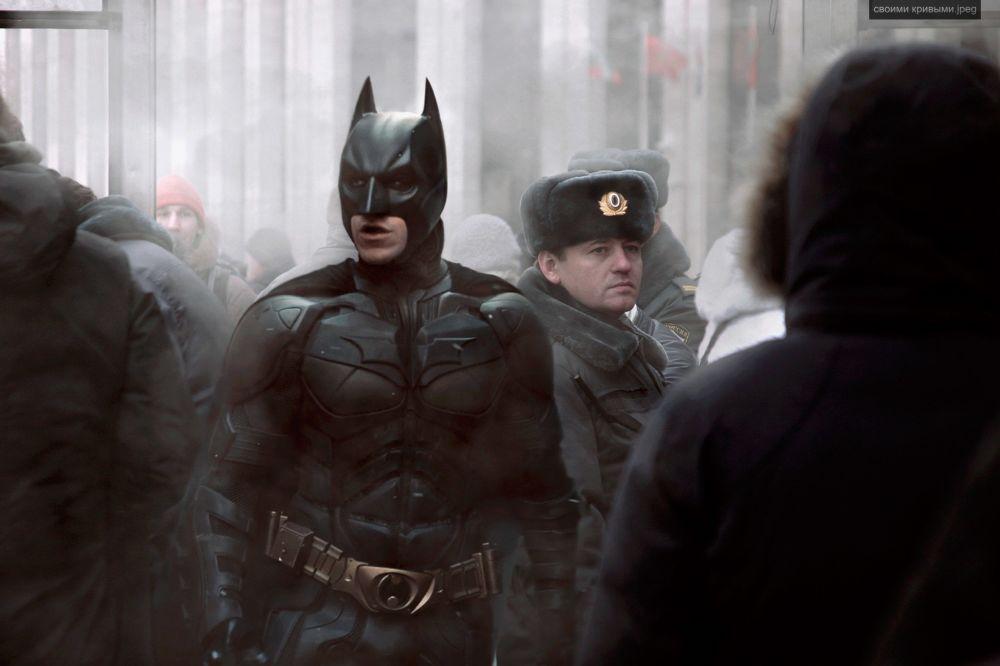 Бэтмен рядом с российским полицейским