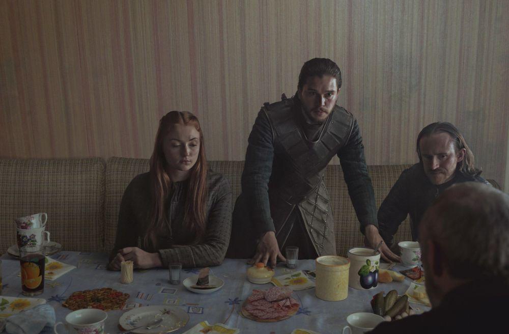 Герои сериал Игра престолов за столом