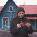 Джим Керри с валентинкой От всего сердца у здания Почты России