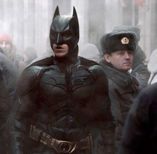 Betmens līdzās policistam no Krievijas