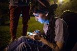 Игрок играет на смартфоне
