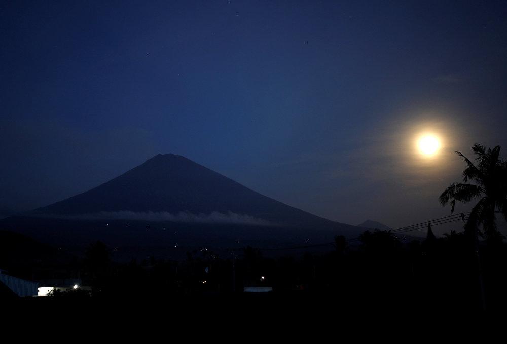 Вулкан Агунг и суперлуние