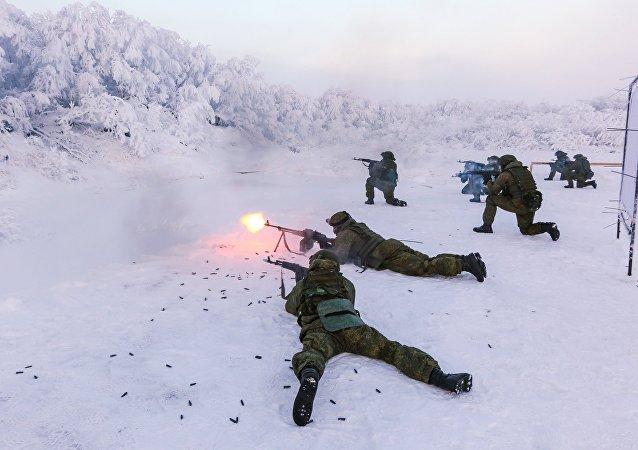 Военнослужащие во время тренировки на базе морской пехоты в Мурманской области