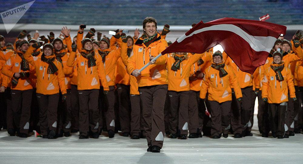 Знаменосец сборной Латвии Сандис Озолиньш (на первом плане) во время парада атлетов и членов национальных делегаций на церемонии открытия XXII зимних Олимпийских игр в Сочи, архивное фото