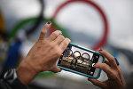 Посетители фотографируются на фоне олимпийской символики