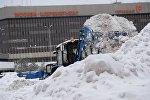 Сотрудник коммунальных служб убирает снег в аэропорту Шереметьево города Москвы
