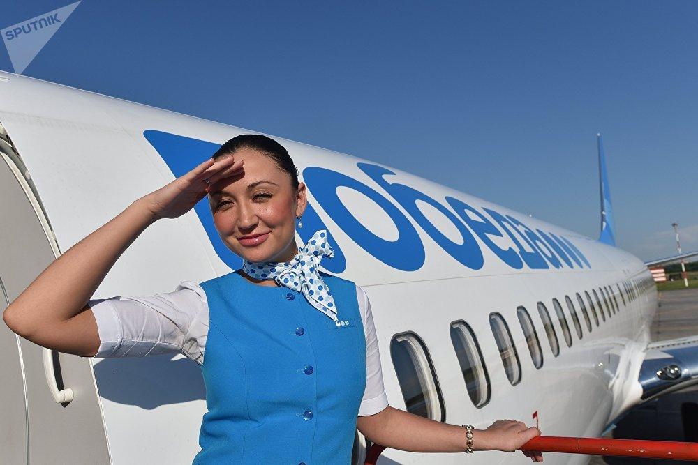 Стюардесса на трапе у самолета российской авиакомпании Победа