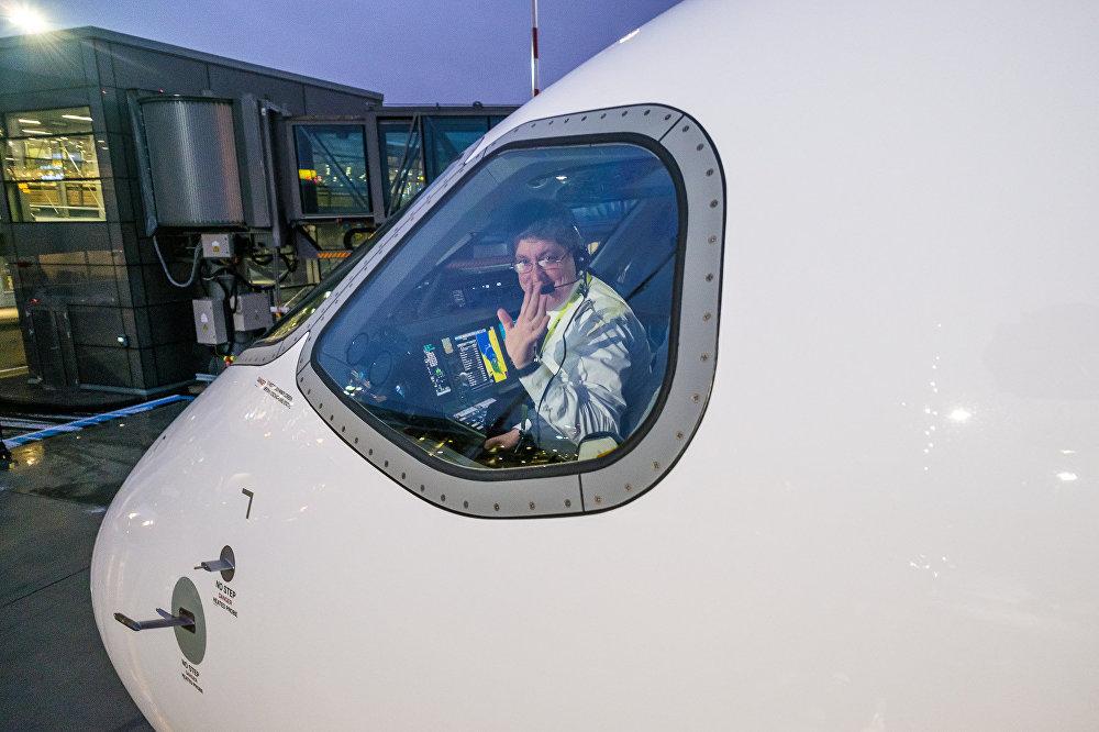 Пилот в кабине самолета Bombardier CS300 авиакомпании airBaltic
