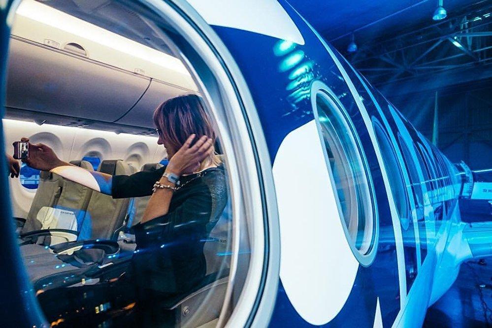 Селфи в салоне самолета Bombardier CS300 авиакомпании airBaltic